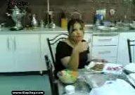 زن داغ ایرانی در حال شام خوردن