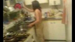 دختر مقبول و لوچ در آشپزخانه