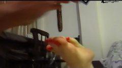 دخترک ناز مزاری پاهای سکسی خود را به بچه کابلی نشان میته